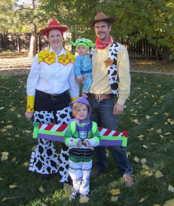 familia disfrazada de toy story