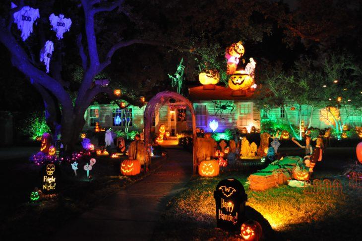 decoración de exterior halloween casa con luces de calabazas y decoración de cementerio