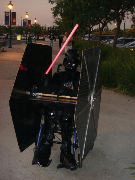 persona en silla de ruedas disfrazada de darth vader
