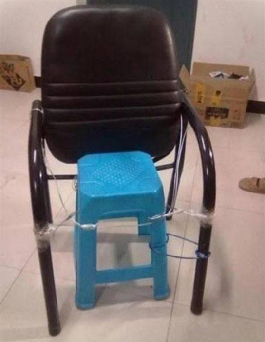 respaldo de silla que en lugar de asiento tiene un banco