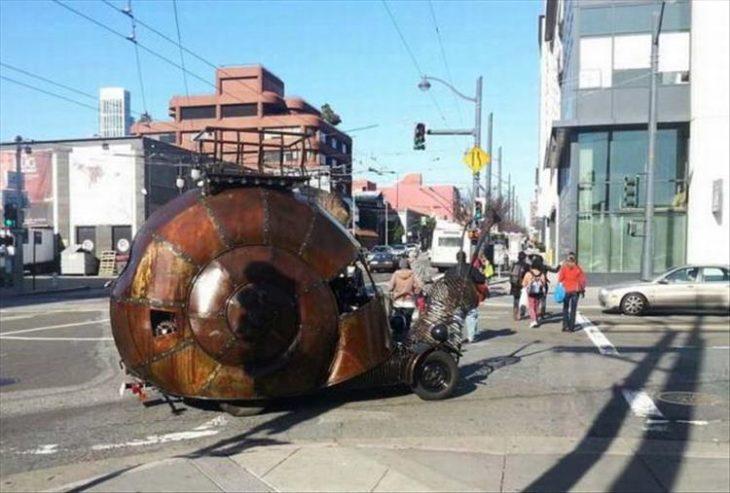 caracol mecánico paseando por ciudad