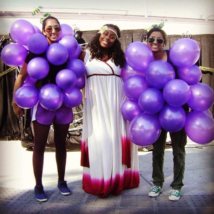 disfraz de emperatriz y racimos de uvas