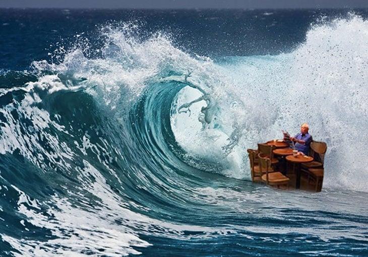 señor en starbucks inundado editado en una ola gigante