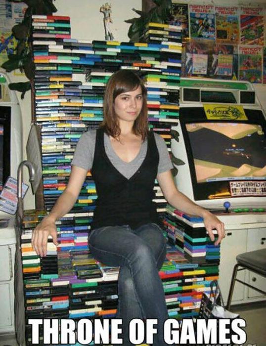 mujer sentada en trono de videojuegos