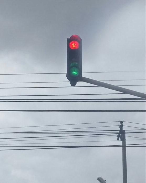 semáforo con rojo y verde prendido