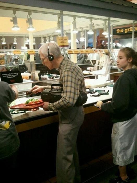 señor con audpifonos y grabadora