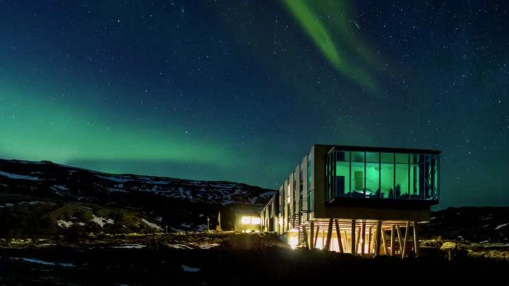 Restaurante a la luz de una aurora boreal