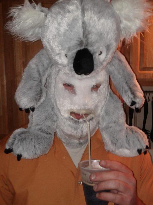 hombre con máscara de koala