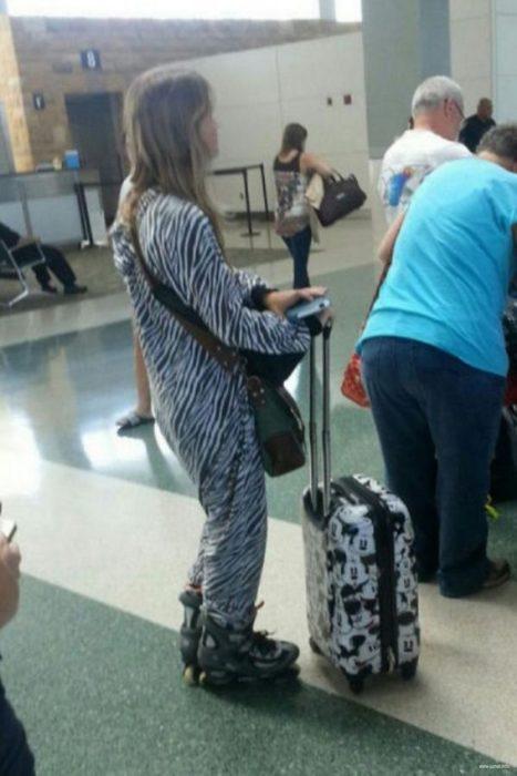 señora con pijama en la oficina