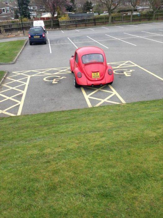 bocho estacionado en dos lugares