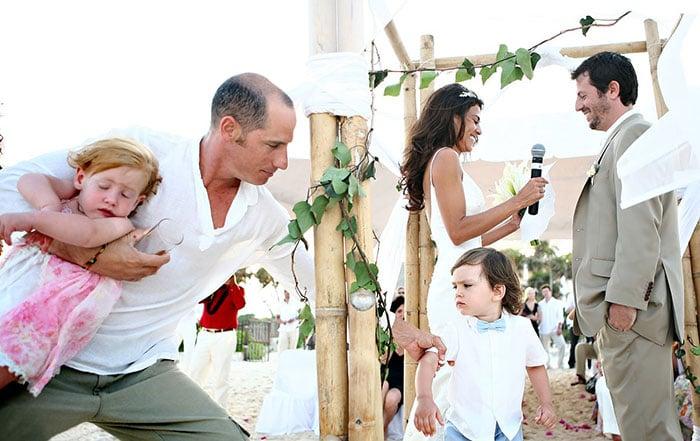 señor sosteniendo a sus hijos en boda
