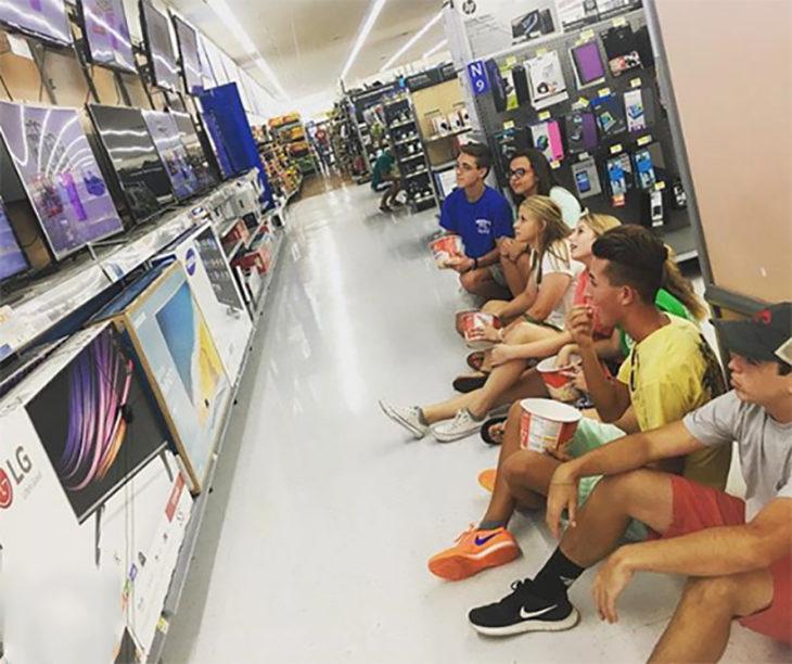 familia viendo tv en centro comercial