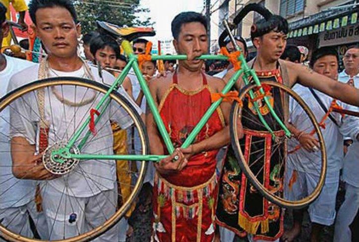 hombre usa bicicleta como piercing