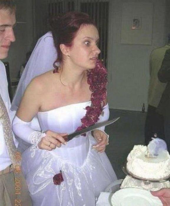novia con vestido y cuchillo