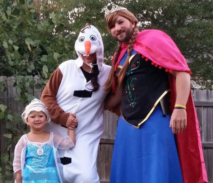 familia disfrazada de frozen