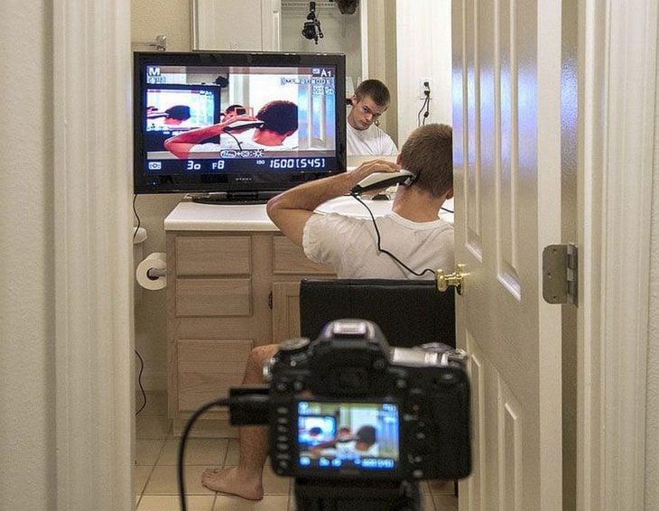 chico se corta el pelo con una pantalla