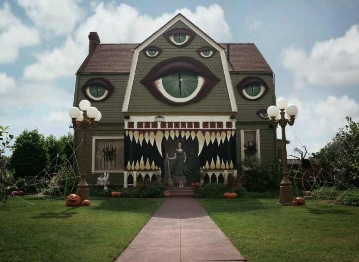 decoración de exterior halloween casa con ojos