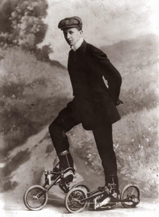 antiguedad hombre con bicicletas en los pies