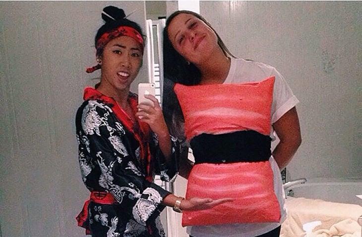 amigas disfrazadas de un japonés y sushi