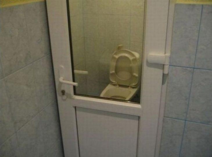puerta de baño por la que se puede ver quien está dentro