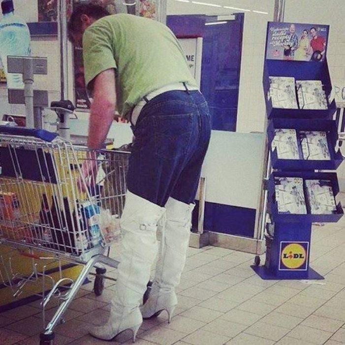 señor con botas de mujer