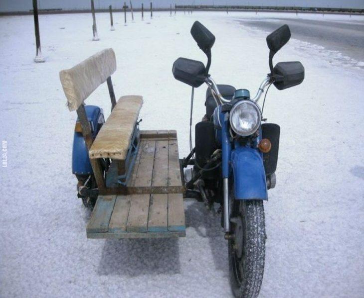 motocicleta con banca de madera anexada