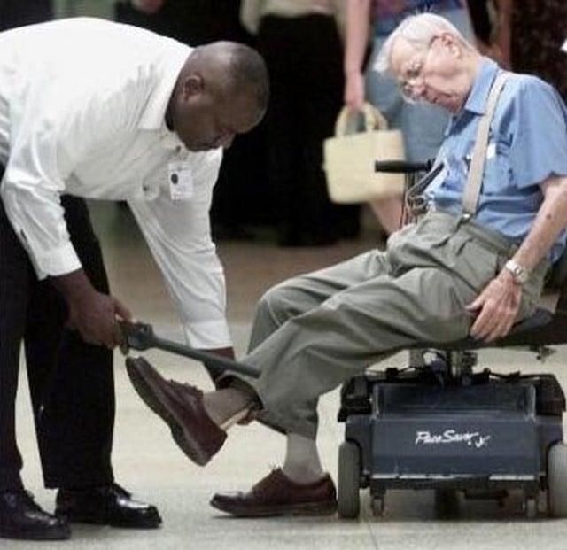 anciano en punto de revisión del aeropuerto
