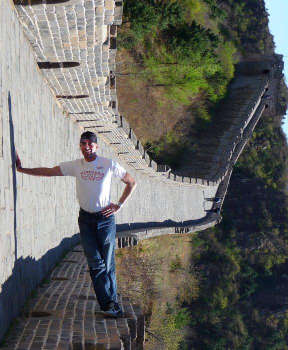 hombre jugando con perspectiva en la muralla china