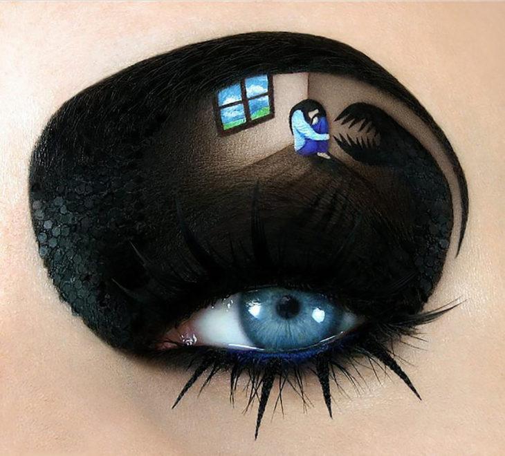 maquillaje para ojos muchacha con una sombra monstruosa al lado