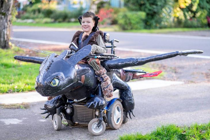niño en silla de ruedas disfrazado de cómo entrenar a mi dragón