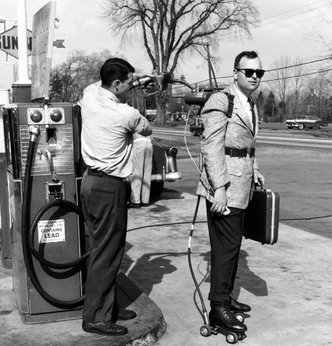 hombre con patines motorizados