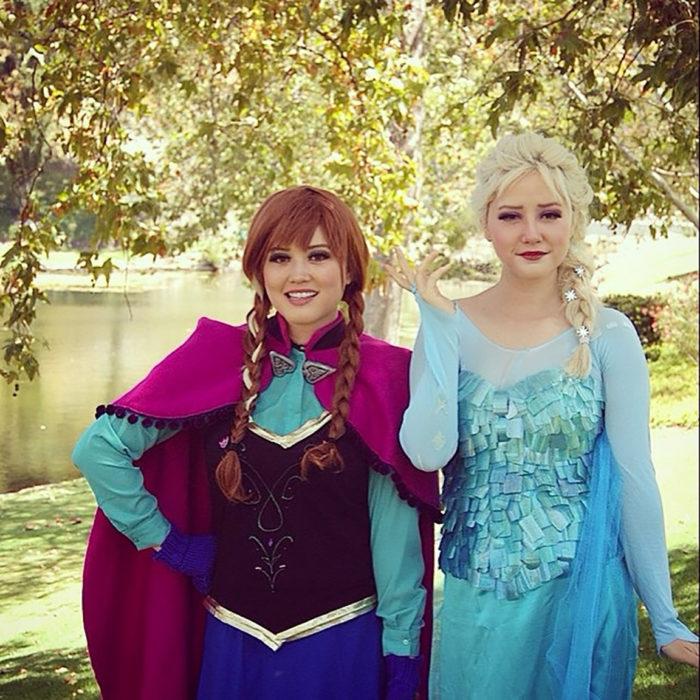 amigas disfrazadas de Anna y Elsa