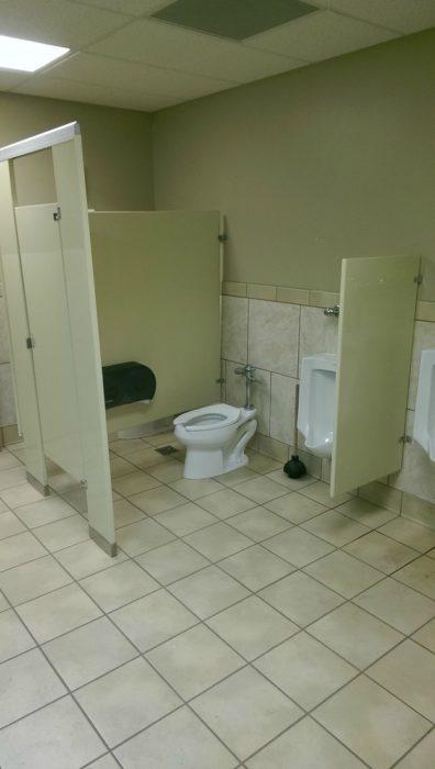 baño con puertas que no están juntas y se puede ver dentro