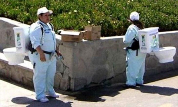 mujeres cargando inodoros en sus espaldas