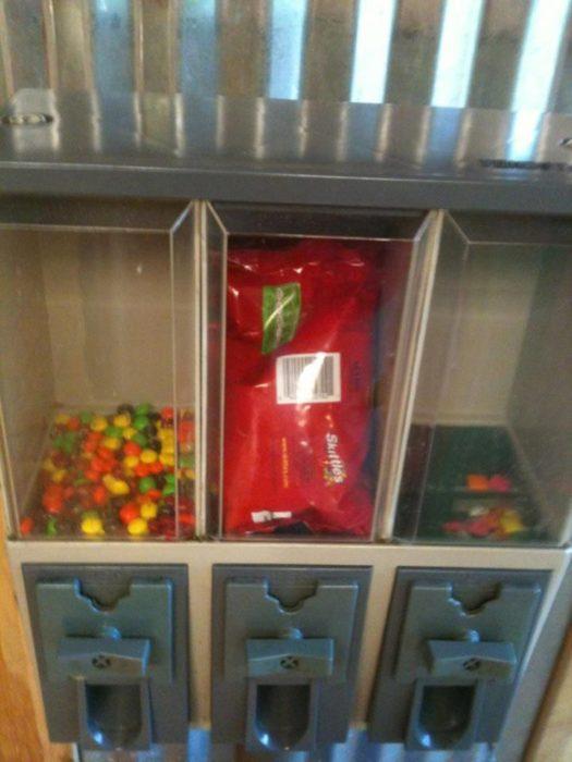 dulces en expendedor con toda la envoltura