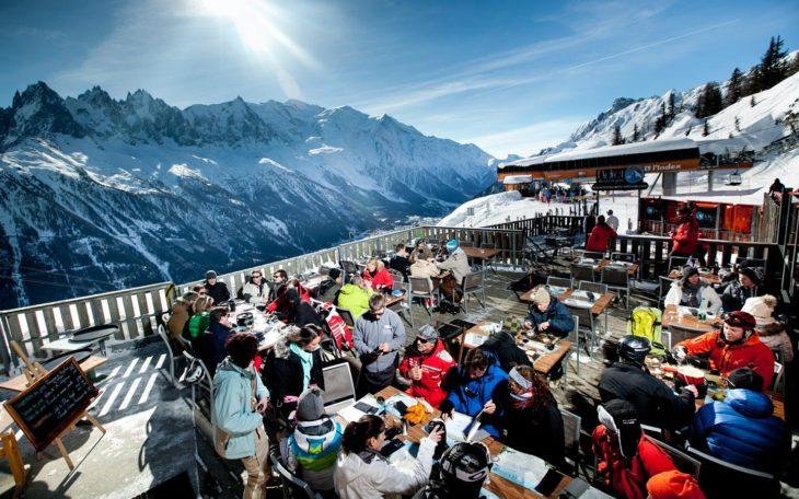 Restaurante en la cima de una montaña nevada