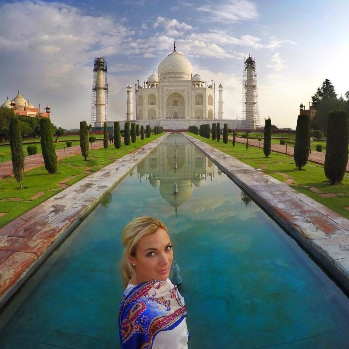 mujer americana frente al taj mahal