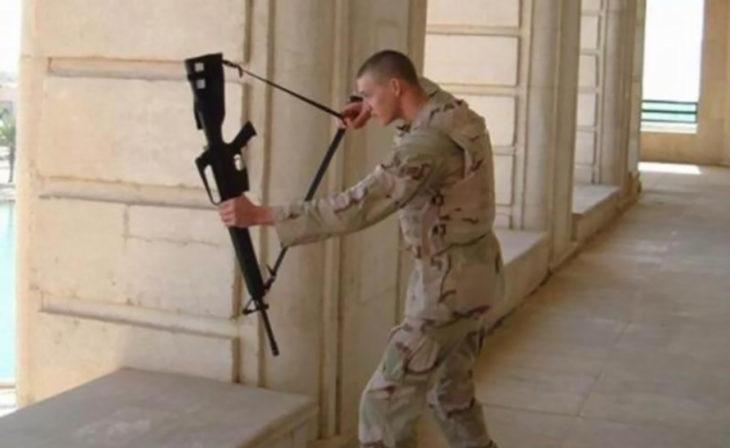 soldado utilizando arco de escopeta como arco