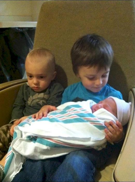 tres hermanitos, el de en medio está enojado