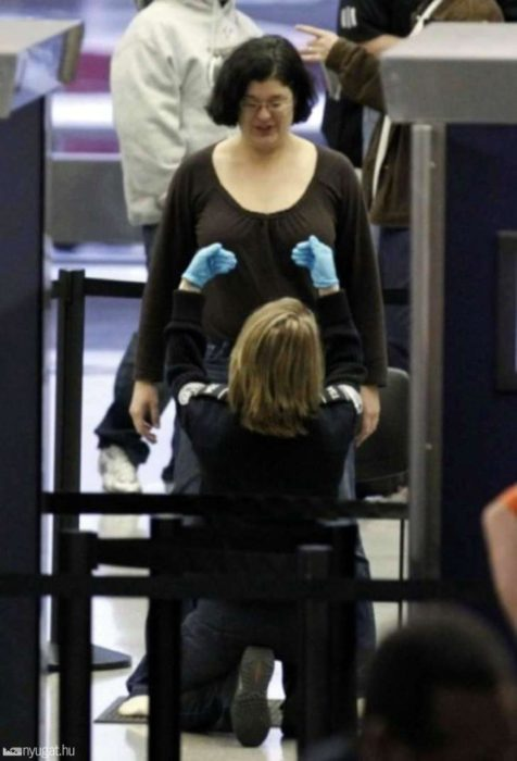 mujer en punto de revisión de aeropuerto