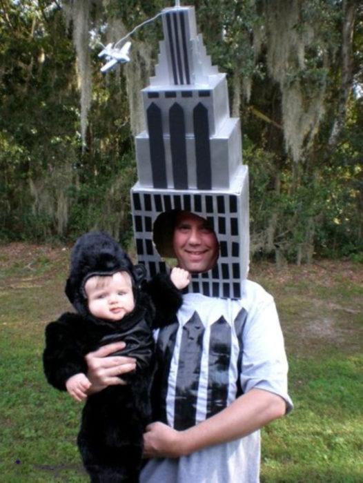 papá disfrazado de torre sosteniendo a bebé king kong
