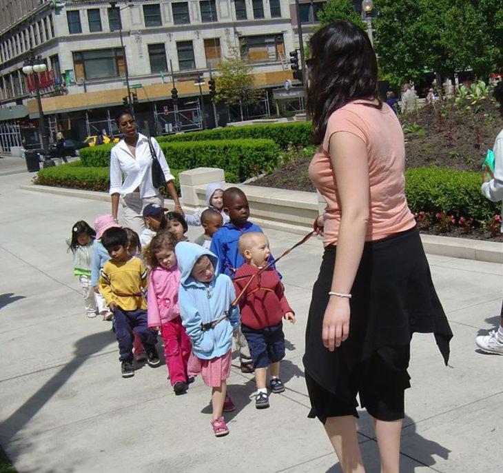 maestra amarra a los niños