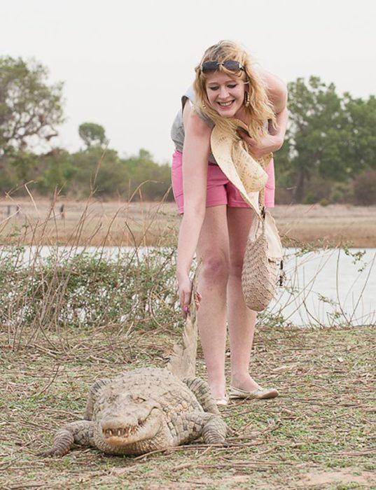 mujer con cocodrilo