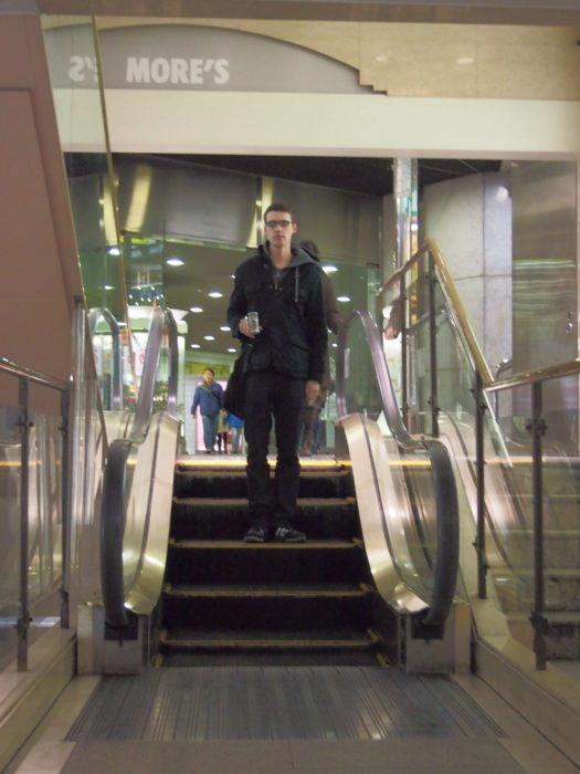muchacho sobre escaleras eléctricas cortas