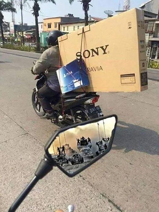 motociclista con pantallas de tv