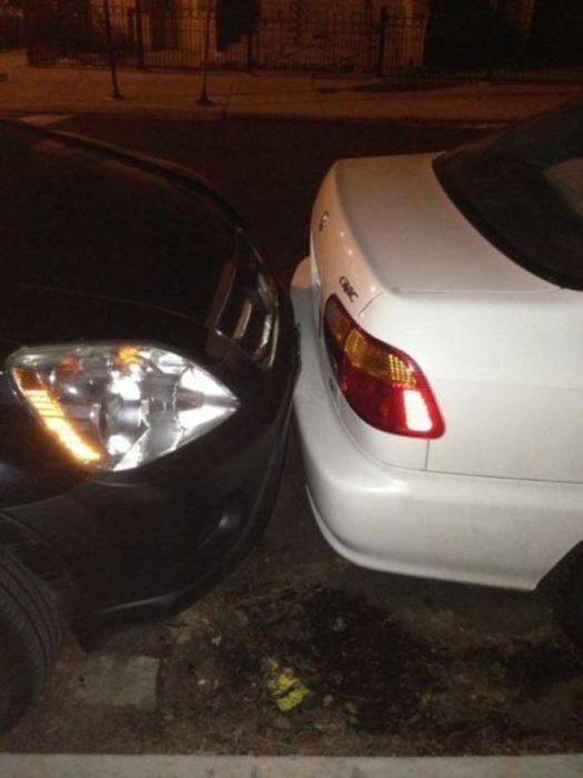 dos vehículos estacionados muy juntos