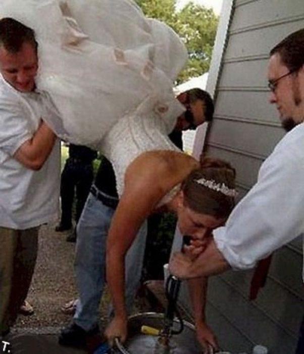 novia bebiendo de cabeza