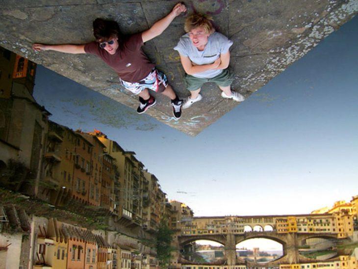 foto de dos jóvenes recostados en el suelo cambio de perspectiva parece que estan en el cielo