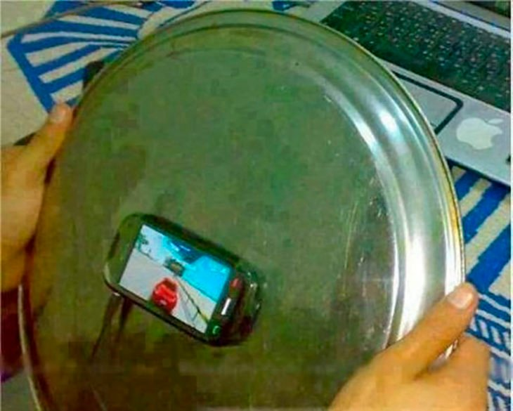 celular pegado a bandeja