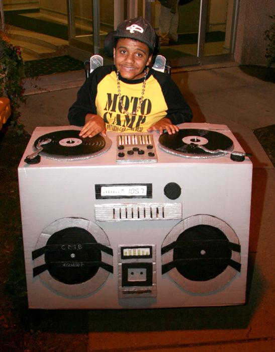 niño en silla de ruedas disfrazado de dj